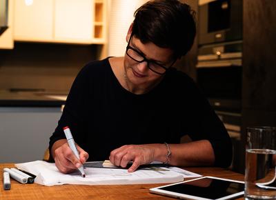 Stefanie Kuhlmann beim Planen einer Küche